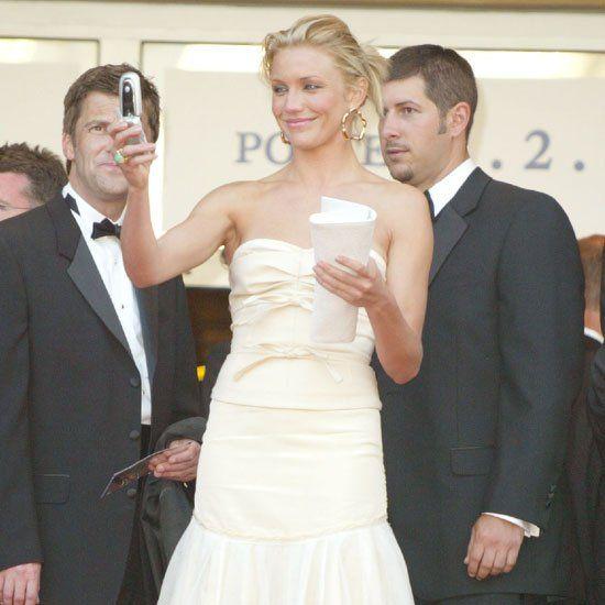 Pin for Later: Retour Sur Les Moments Les Plus Glamour du Festival de Cannes Cameron Diaz a capturé le moment sur son téléphone à l'avant première de Shrek en 2004.