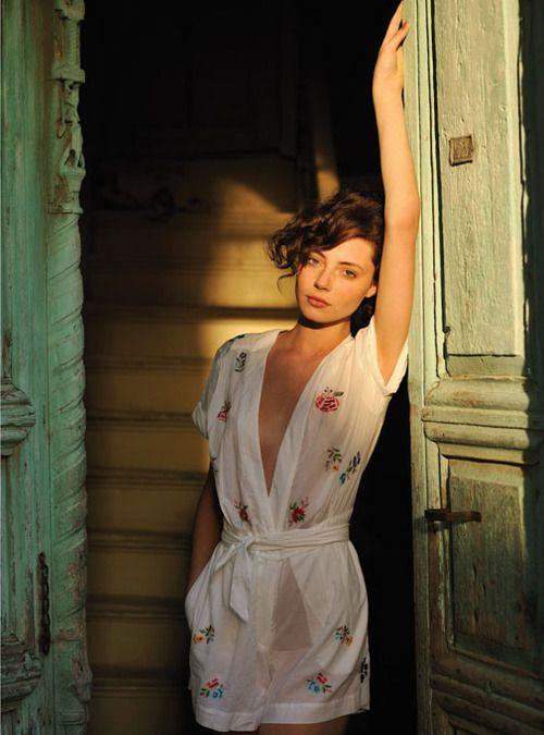 Ok, la photo est magnifique, la fille sublime, mais le chemisier kimono nuisette est vraiment bien !