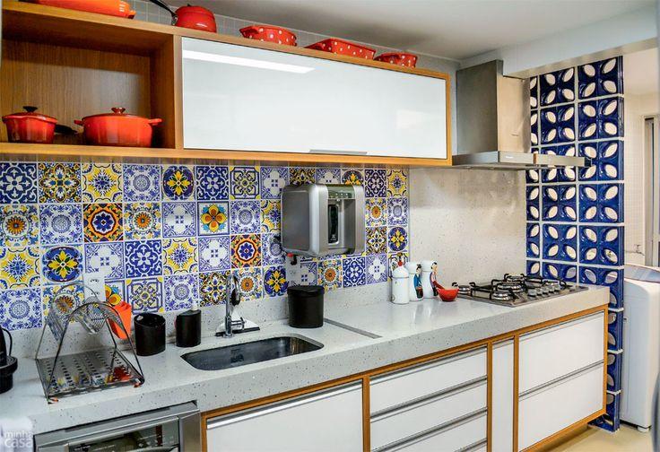 Adorei a mistura de cobogós, trenstone e mosaico de azulejos.