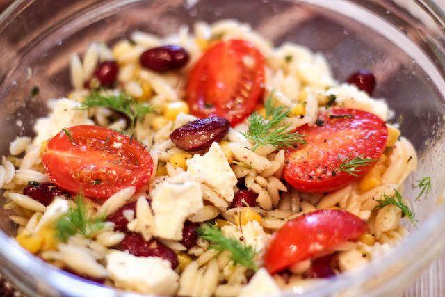Постный салат с фасолью и орзо Этот салат непременно заинтересует любителей вегетарианских блюд. Постный салат с фасолью и орзо готовится быстро и легко, а смотрится весьма оригинально. Необычное сочетание компонентов дает новый вкус и обеспечивает заинтересованные вопросы собравшихся за столом гостей или домочадцев. #орзо