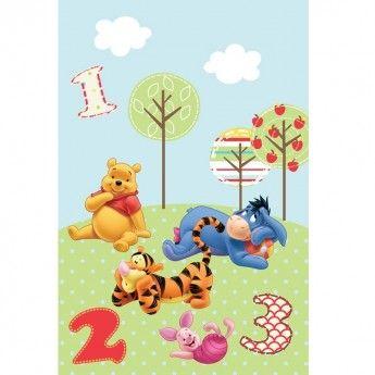 Mai vesel ca niciodata ursuletul Winnie si prietenii lui se intorc pentru a inveseli camera copilului tau dar si pentru a-i stimula imaginatia si cheful de joaca. In culori vesele, prietenoase si cu o textura la fel de pufoasa ca si a ursuletului Winnie, covorul Disney Baby Pooh 409 este alegerea ideala.