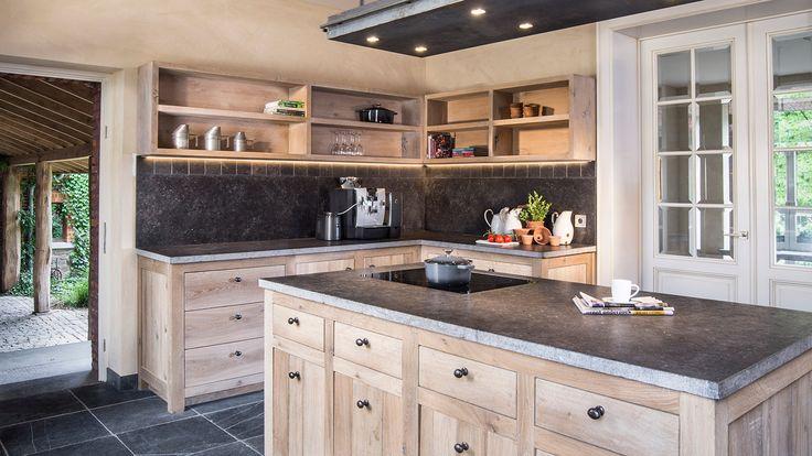 Massieve keuken uit eik - Ingebouwde apparaten - top van Belgisch blauwe hardsteen - in-house design - Soft-closing - Massieve eik - #WoonTheater maatwerk