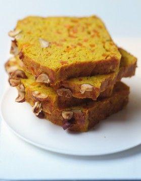 Cake aux lentilles corail, carottes et curry  350 G DE LENTILLES CORAIL 2 GROSSES CAROTTES COUPÉES EN DÉS 1 OIGNON ÉMINCÉ 6 OEUFS 5 GOUSSES D'AIL PRESSÉES 2 C. À SOUPE D'HUILE D'OLIVE 150 G DE COMTÉ RÂPÉ 70 G DE CHAPELURE 50 G DE NOISETTES (FACULTATIF) 1 C. À CAFÉ DE CURCUMA 1 C. À CAFÉ DE CURRY PRÉPARATION: