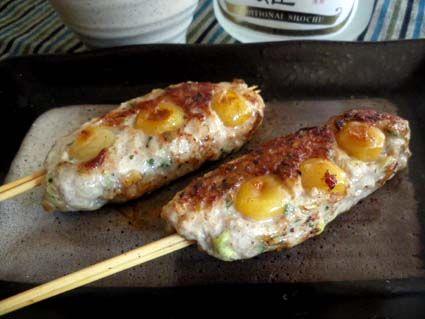 銀杏鶏つくね 〈材料 2人前〉 ・銀杏:適量  ・鶏ひき肉:300g ・生姜:1欠片 ・小ねぎ:適量 ・塩:少々 ・しょうゆ:小2 ・片栗粉:少々 ・黒こしょう:少々  〈作り方〉 ①銀杏を封筒に入れレンジで加熱し殻を割りむく。  ②ボウルに挽肉、刻んだ小ねぎ、生姜、しょうゆ、片栗粉を加えてよく捏ね①を加える。  ③串に②を巻きつける。  ④フライパンに油をひき③をのせて両面を焼く。料理酒を加えて軽く蒸したら器に盛り付け塩をかけて出来上がり。 #recipe #おつまみ #銀杏 #とりひき肉