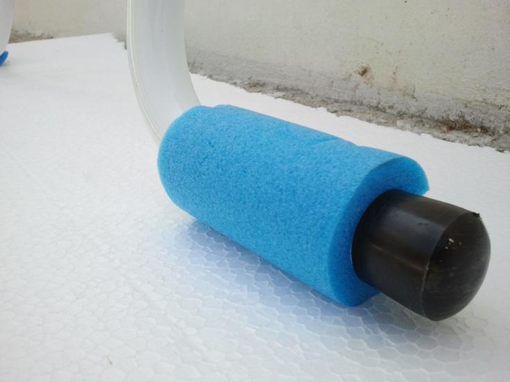 Espuma de protección para escalera de piscinas desmontables. La espuma amortigua el peso para que no recaiga sobre el liner y evita que se perfore.