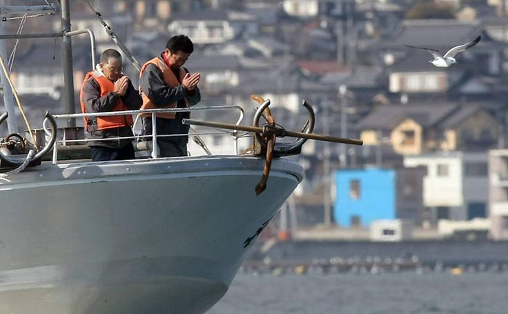 Pescadores rezam pelas vítimas do terremoto seguido de tsunami.
