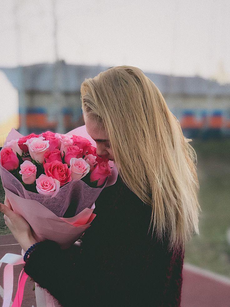 Картинка блондинки со спины с цветами