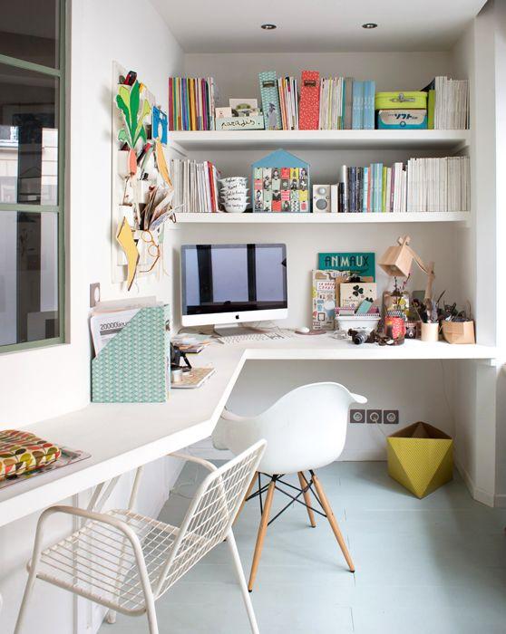 Créer un espace #bureau dans un angle. http://www.m-habitat.fr/petits-espaces/bureau/amenager-un-coin-bureau-dans-un-salon-3242_A