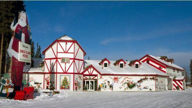 La Casa de Santa Claus La Casa de Santa Claus, en el Polo Norte, Alaska, está abierta todo el año.