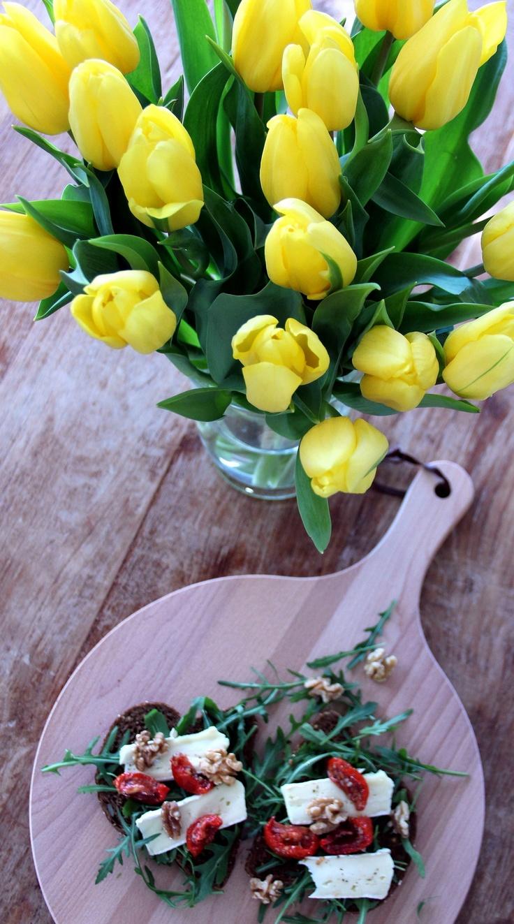 'Broodje ZON' : Bruin brood, rucola, walnoten, zongedroogde tomaten en brie.......eet smakelijk!