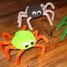 Pour Halloween, voilà un {DIY} Récup' rigolo à réaliser avec les enfants pour recycler de vieilles boîtes à œufs et créer d'effrayantes petites araignées...