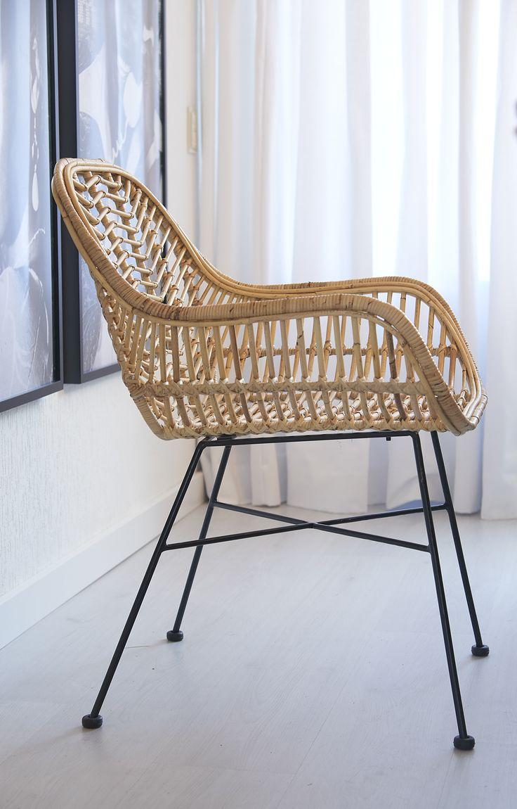 Kwantum - De rotan stoel 'Trevi' van Kwantum heeft een stoer subtiel zwart onderstel. Trevi heeft een royale vorm met handige armleuningen. De stoel is 60 cm breed, heeft een hoogte van 81 cm en een zithoogte van 45 cm. Deze stoel is niet geschikt voor gebruik buiten, maar  geeft een eigentijds karakter in huis.