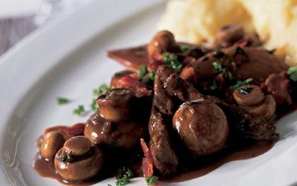 Oksekød og svampe i rødvinssauce