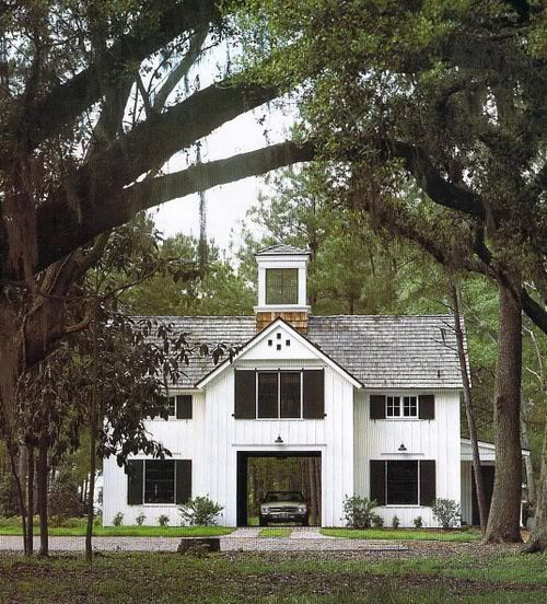 Central porte cochere in farmhouse style river house for Guest house del garage