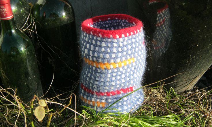 Flot høj filtet kurv  Hæklet i uldgarn med sjæl af stoffet fra en dug