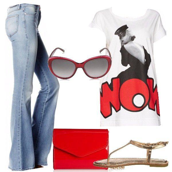 Una T-shirt bianca con una splendida stampa sul fronte è abbinata a jeans a zampa, sandali piatti in oro rosso, tracolla rossa effetto vernice, con catenella di metallo, occhiali grandi da sole rossi.
