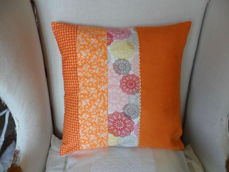 Housse de coussin orangeade, suédine orange, rouge, rose, gris et jaune à fleurs : Textiles et tapis par michka-feemainpassionnement