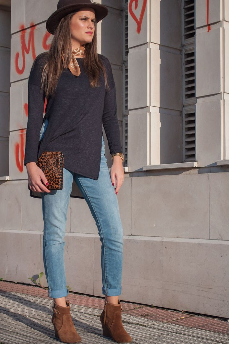 jersey con aperturas laterales azul marino de primark, jeans de levis, botines marrones con cuña de massimo dutti, bolso de leopardo de bimba y lola, sombre marron, bandana o pañuelo camel o marron de amichi