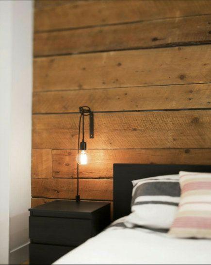 Een houten wand zorgt voor heel veel sfeer in de slaapkamer!