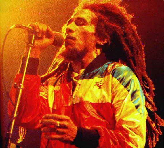 Bob Marley, el símbolo de la música reggae. La temática de sus canciones abarca desde el amor, pasando por la crítica social, hasta llamadas a la revolución. http://www.fotonostra.com/albums/celebres/bobmarley.htm