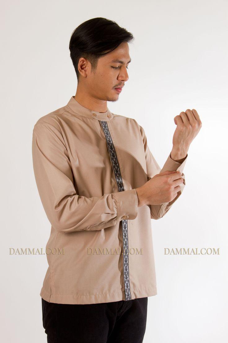 Baju koko dengan potongan simpel berwarnacokelat muda modern, dengan corak pita di tengah.