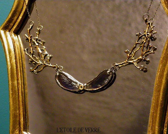 Collier avec véritables ailes de libellule bleue nuit et pierre semi précieuse (Pyrite)