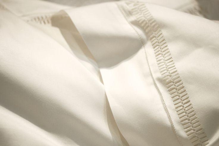 Parure de lit, jour brodé sur fils tirés réalisé à la main, en boutique ou sur mesure. / Bed linens with hand stitched open work, available in our boutique or made to mesure.