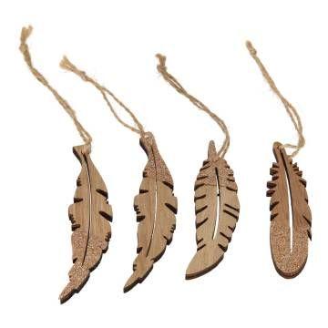 Decoreer met deze 4 Houten Veren een krans, leg ze op een schaal of hang ze op in uw kerstboom.