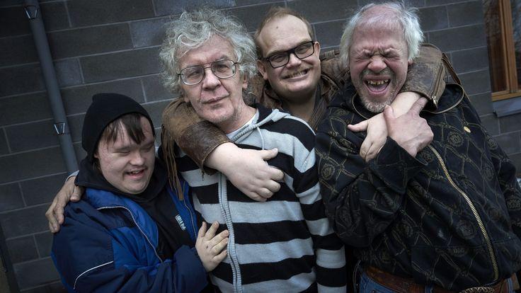 Farkkuihin ja mustaan huppariin pukeutunut Pertti Kurikan Nimipäivät -punk-yhtyeen solisti Kari Aalto haistattelee bändikavereilleen mikin varresta, kitaristi Pertti Kurikan korvatulpat ovat hukassa, eikä rumpali Toni Välitaloa näy missään.