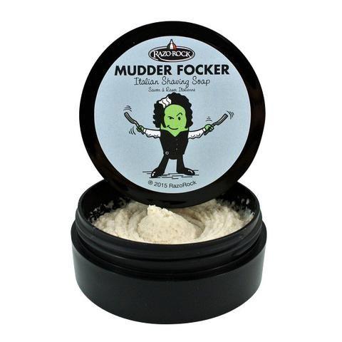 Mudder Focker è forse il prodotto più controverso ed originale della casa canadese RazoRock, che ha scelto gli artigiani saponificatori italiani per realizzare i suoi prodotti da rasatura classica. Denominazione colorita per indicare la presenza di fango termale, benefico per la pelle.