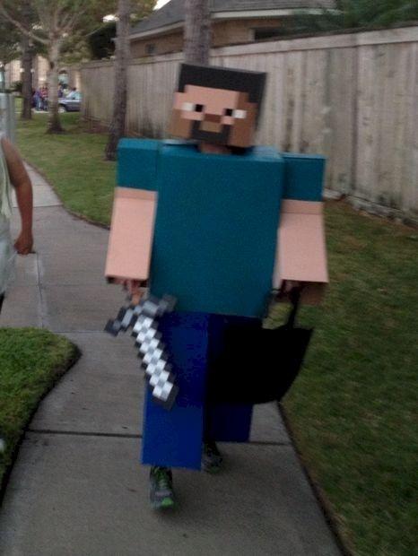 Steve aus Minecraft: Die Inspiration des Erfinders für dieses Kostüm ist wohl ganz eindeutig. Die Idee ist allerdings wirklich lustig und leicht umzusetzen.   unfassbar.es