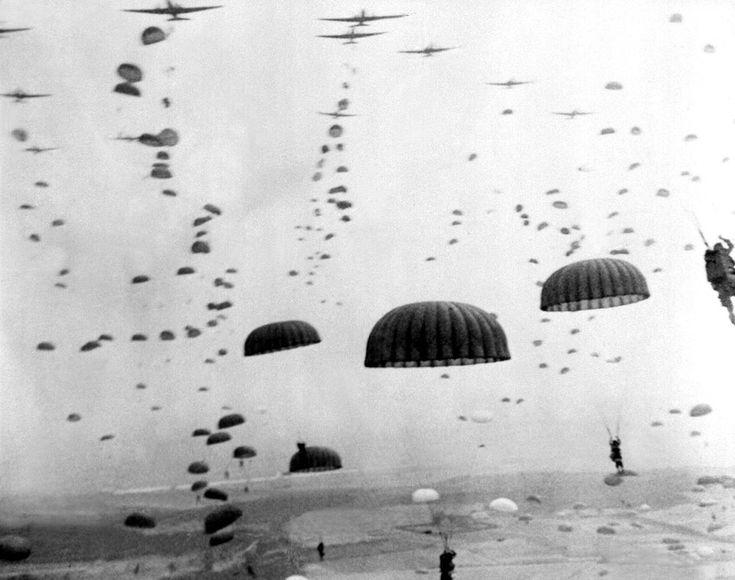 Paraquedas abertos. Ondas de pára-quedistas pousando na Holanda durante as operações da Tropa Paraquedista  do Exército Aliado, em setembro de 1944. A Operação Market Garden foi a maior operação aérea da história, com cerca de 15.000 tropas desembarque por planador e outros 20.000 de pára-quedas.