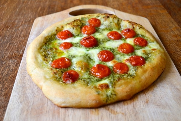 Pesto, tomato, and mozzarella pizza | Main Dishes | Pinterest