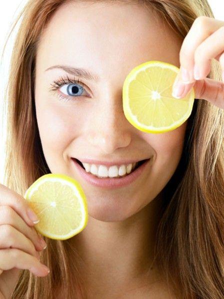 Die sauren Früchtchen haben es in sich: Mit dem Saft der Zitrone  können Sie sich von Kopf bis Fuß optimal pflegen - und sie hilft sogar gegen Pickel. Und das fast zum Nulltarif.