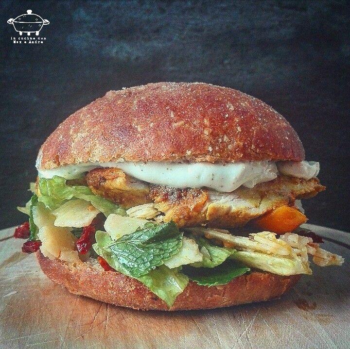 Caesar Chicken Burger - Per l'impasto dei panini consulta la nostra ricetta e una volta lievitato l'impasto forma delle palline di 80 g di peso ciascuna...
