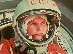 """El soviético Yuri Gagarin fue el primer ser humano en el espacio, en un vuelo orbital de 48 minutos, a bordo de la nave Vostok 1. El recorrido de Gagarin se efectuó el 12 de abril de 1961 y, durante el trayecto, dijo la famosa frase: """"La Tierra es azul"""". Apenas un mes después, Estados Unidos envió a su primer astronauta al espacio: Alan Shepard, con lo que la carrera espacial se convirtió en una lucha encarnizada."""