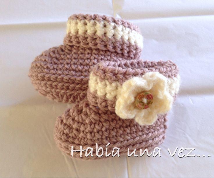 Botitas tejidas en lana con flor y botón