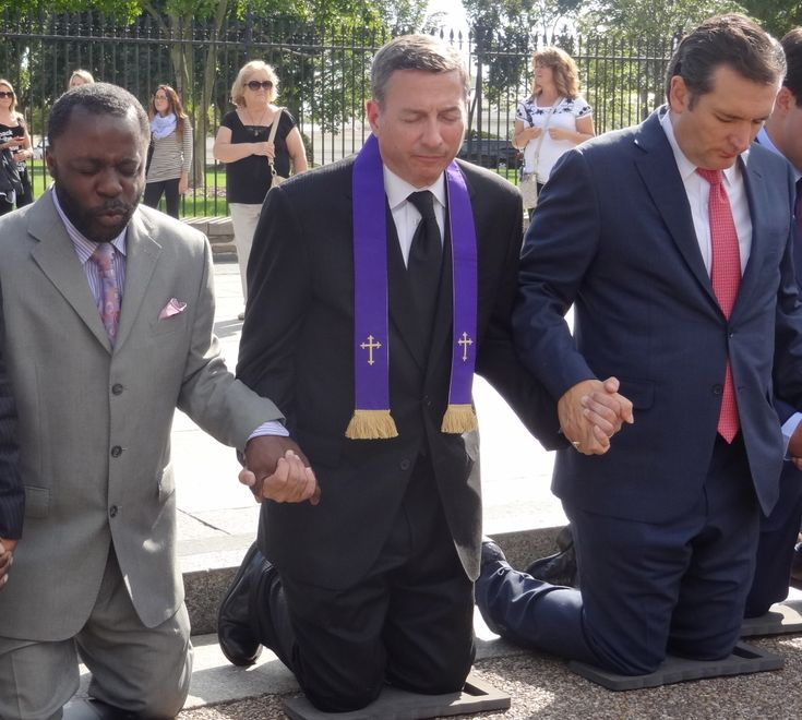 Photo: Ted Cruz Kneels in Prayer Outside the White House.  They are praying for Saeed Abedini, who has been in an Iranian prison for one year.  He is being persecuted for his faith Jesus Christ.