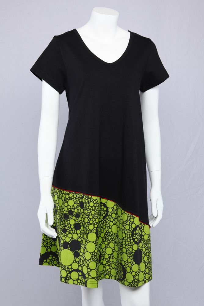 Sort A-kjole med grønt motiv.