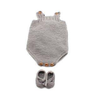 Con tan sólo 2 ovillos de 50 gramos de la calidad Cotton 100% de Katia, es un conjunto muy económico. Está tejido a dos agujas pero hemos rematado los bordes del peto con un ganchillo. Se puede poner tal cual o con una camisita debajo. Los patucos al estar cerrados con un nudo no se le caen al bebé.