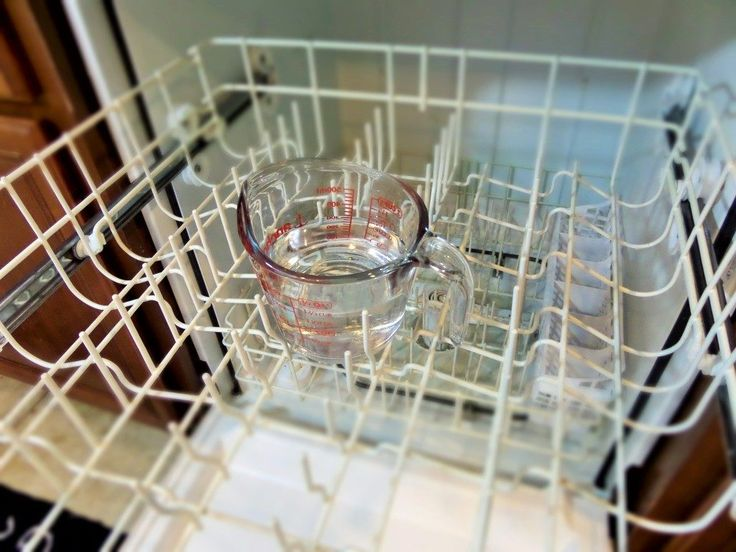 Faites-vous une faveur et arrêtez d'essayer d'utiliser une éponge autour des grilles et angles du lave-vaisselle. À la place, mettez une coupe pleine de vinaigre dans la grille arrière. Les dépôts s'évaporeront.