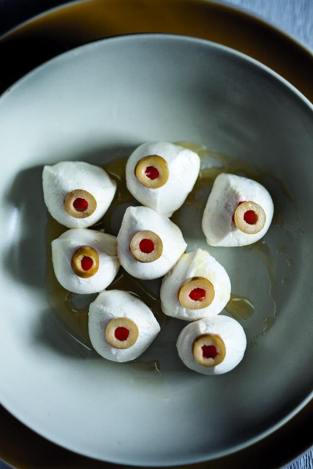 Ojos de mozzarella con aceitunas rellenas de pimiento