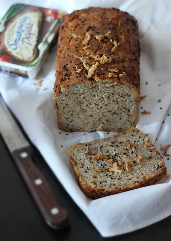 chleb żytni z prażoną cebulką i czarnuszką