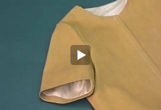 Voeren (machinaal) van een jurk met mouw videonaailes op www.modemakendoejezo.nl