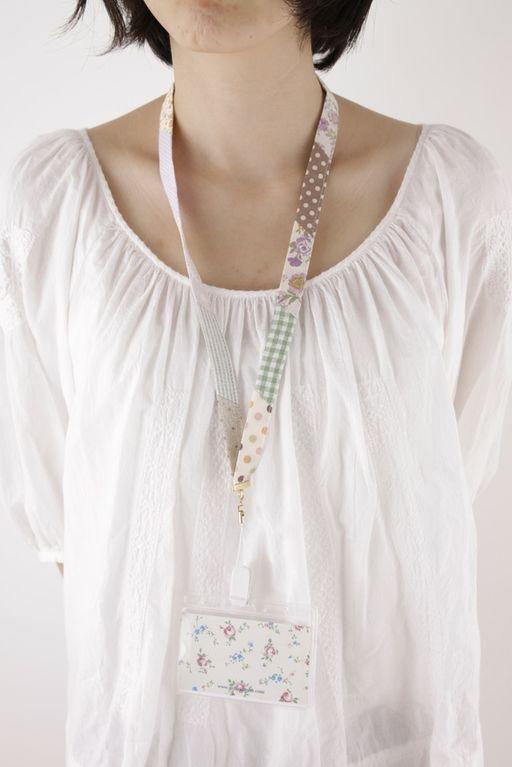 たくさんの布をはぎ合わせたネックストラップは、デジカメやIDカードケースなどに付けると便利です。/端切れでできる布雑貨(「はんど&はあと」2012年2月号)