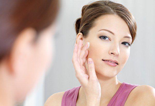 👩 Маска для очищения пор и хорошего цвета лица  Придает коже матовость. Перетереть 2 столовых ложки овсянки (можно муки), добавить взбитый яичный белок, немного молока. Если кожа сухая, добавьте по 1/2 ч.л. меда и сливок. Нанести на очищенную кожу лица на 15 минут. Смывать чистой чуть теплой водой, протереть лицо ваткой, смоченной в молоке.