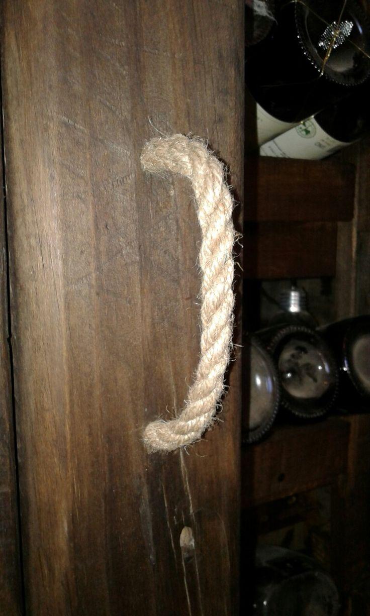 Puerta de cava con manillas de cuerda