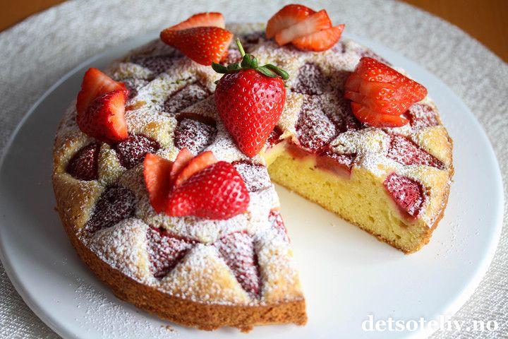 Her har du en lettlaget kake med nydelig, sommerlig smak av vanilje og jordbær! Kakedeigen inneholder vaniljesaus, derav navnet på kaken. Vaniljesausen gir saftig konsistens på kaken og veldig god vaniljesmak. Oppskriften kan varieres, sefor eksempelEplekake med vaniljesaus og Vaniljesauskake med bringebær og blåbærog ulike langpanneversjoner av Vaniljesauskake. Jeg synes denne jordbærvarianten av vaniljekaken ble utrolig vellykket!