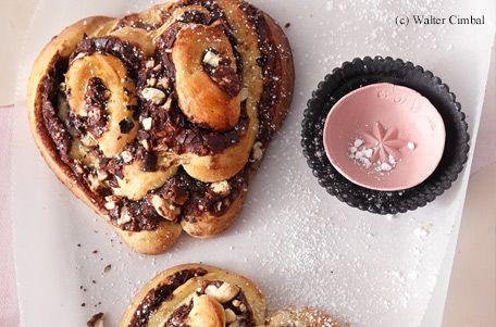 Brioche-Herzen mit Schokolade und Nüssen