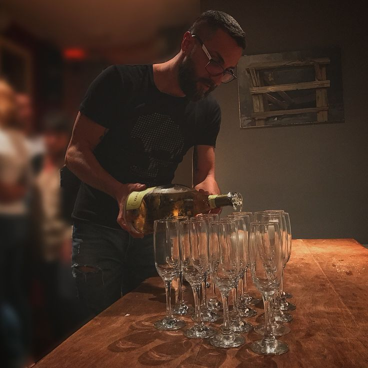 @cadelbosco_official 🥂 @sofartcafe.vlc  #restaurant #italia @sofartcafe.vlc #myfriend @simone.78 #newexperiences #valencia #happy #brindare #friends #flute #glasses #madera #mesa #bottle @cadelbosco_official #wine #socialnetwork #nights #blanco #followme #photshoot #newlife #españa #bollicine #offday #franciacorta #spumante #following #quotes